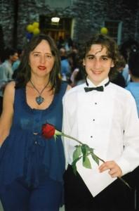 Элла с сыном на его выпускном вечере по случаю окончания восьмилетней школы