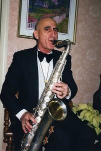 Александр, выражая себя на саксофоне