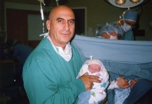 Александр в родильном зале с новорожденным сыном на руках